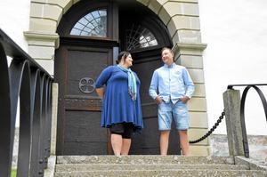 Malin Jansson, 36 år, och hennes son Marcus Jungestedt, 17 år, utanför Fellingsbro kyrka. Här ska de anordna en välgörenhetskonsert för att samla in pengar till Barndiabetesfonden. Sonen Markus kommer att baka fikabröd.