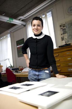 Mezzotint är en grafisk djuptrycksmetod från 1600-talet som Majla Zeneli använder. Tekniken var den första som möjliggjorde grafiska tryck med halvtoner utan att konstnären behövde ritsa prick- eller streckmönster,