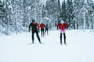 Mats Larsson kollar deltagarnas åkteknik och ger råd och tips under träningspasset.