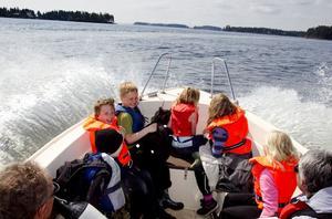 På väg tillbaka till Stenö kom det stora vågor, något som det här gänget älskade.