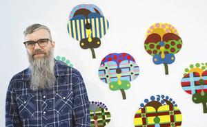 Carl Anders Thorheim visar utställningen