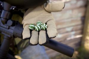 En paintballkula består av gelatin fyllda med färg. Varje vapen har 200 kulor och det tar normalt ett par timmar innan de tar slut.