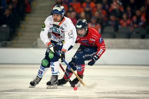 Per Hellmyrs jagas av Oscar Wikblad i SM-finalen mot Edsbyn. Bollnäs föll med 1–3.
