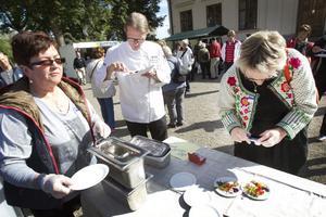 PROVNING PÅGÅR. Siv Persson från Ockelbokyckling ser till att jurymedlemmarna får smaka på tävlingsbidraget med rökt och gravad kyckling. Här syns  Stefan Johansson, restaurangchef på Högbo bruk, och Berit Löfgren från länsstyrelsen provsmaka rätten.