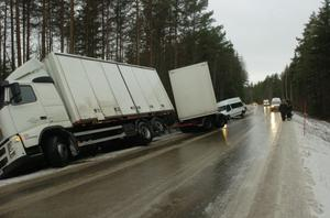 MÅNGA AVÅKNINGAR. En lastbil har kanat av vägen mellan Finnböle och Söderfors. Flera personbilar åkte av när blixthalkan slog till. Även en färdtjänstbil med en rullstolsburen person blev stående i diket i väntan på bärgning.