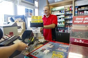 Bättre på att betala. Kevin Temiz, biträdande säljchef vid OK-Q8 på Kopparbergsvägen, kan konstatera att macken har fått bukt med de värsta tjuvtankarna.