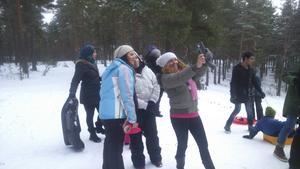 Rim, Amneh och Rita tar en selfie i backen.