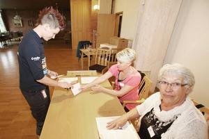 Therese Westfält röstar på församlingshemmet i Sveg. Vargfrågan är viktig för henne i EU-valet.
