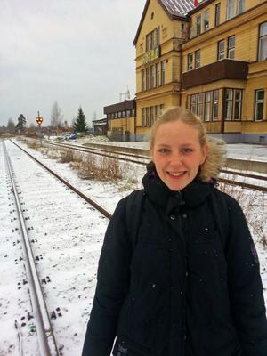 Frida Vikström är på väg till skolan som går längs med järnvägen. I dag fyller hon 25 år.