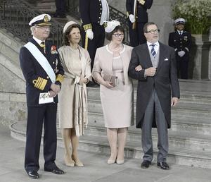 Kungaparet tillsammans med prins Daniels föräldrar, Ewa och Olle Westling. De gifte sig en gång i Hanebo kyrka och har sina rötter i södra Hälsingland.