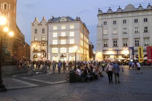 Eleverna hann även med mycket annat, här på torget i Krakows centrum.