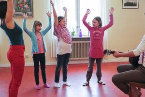 Karin Westberg visade dansen för Julia och Ellinor Viken samt Maja Fall.