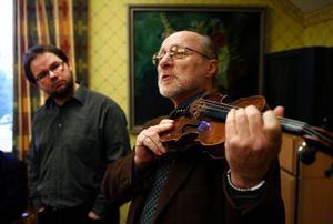 John Huber är expert på violiner och åtnjuter violinvärldens förtroende. Annars skulle han knappast få låna instrument för miljoner att visa hugade köpare.