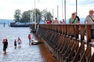 Promenad på bryggan. Långbryggan i Rättvik är en av de sevärdheter som besöks av många turister. Foto:Linnea Kallberg