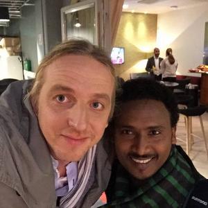 Martin Schibbye satt i cellen bredvid Chaala Hailu Abata i Etiopien. Nu har han gjort en dokumentär om poetens liv.