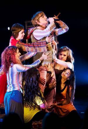 Fred och kärlek, flummig dans och stora klänningar. Vittras elever spelar under veckan sin version av musikalen Hair på Storsjöteatern . Foto: Håkan Luthman