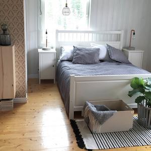 Sovrummet har fått en lite mer mjukare känsla med grå toner.
