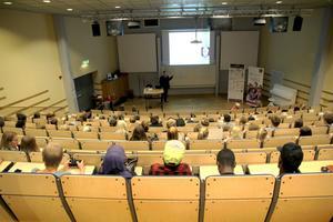 Eleverna fick höra flera föreläsningar under dagen. Här är det entreprenören Jan-Erik Persson som berättar om sin resa.