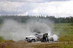 """Samordnade insatser vid olyckor var en del av målen för gårdagens övningar. Brandmännen släckte snabbt den brinnande bilen. """"Vi behöver ha ett väl fungerande samarbete om det skulle bli en kemolycka"""", säger Jenny Berglund som är polisens ansvariga för övningen. Foto: Henrik Flygare"""