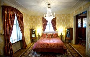 Övernattande gäster behöver inte oroa sig för att behöva sova på golvet. Ett synnerligen inbjudande gästrum finns, i samma rum som krogen brukade ställa upp matbuffén i.