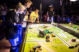 Spänningen är olidlig när lagens robotar av Lego tar sig fram på tävlingsytan.