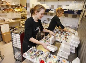 Annakarin Engström och Anna Pettersson jobbar med att ordna frukosten till tisdagens flygresenärer, som ska till Arlanda eller Bromma.
