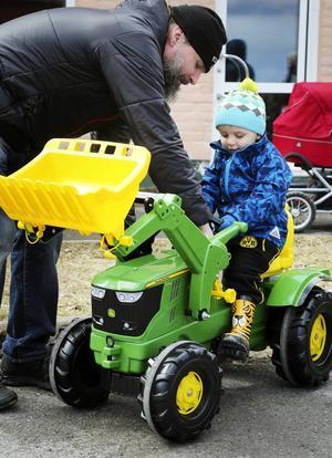 Jack Frimert, snart 3 år från Östersund, fick hjälp av pappa Rickard Pettersson att komma i gång på tramptraktorn.