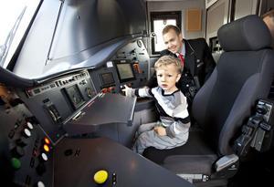 TÅGETS DAG. Anders Horn trivdes bäst på förarplatsen i SJ:s lok vid järnvägsstationen. Lokföraren Peter Olsson visade hur det går till.