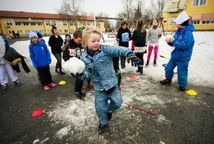 Åh hej! Här gällde det att kasta fylla en hink med snöboll-ar. Edvin Cassman och brorsan Oscar hade jeans och ragg-arslickat hår som Ronny och Ragge.