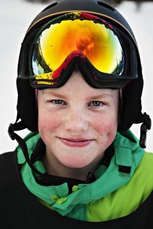 Gustav Reuterskiöld 13 år från Tyresö:– Jag satte en 180 på boxen och försökte lite med 360 också. Jag klarade den nästan. Kanske sätter jag den i morgon. Det var kul att alla peppar varandra.