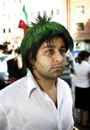 Sharam hade färgat hela håret grönt för att visa medkänsla med ungdomarna i Iran som möts med våld när de protesterar.