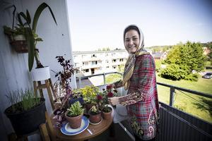 Marzieh Amiri kom med flera syskon och föräldrar till Sverige från Afghanistan och Iran för några år sedan. Nu bor hon i Strömsunds hyresbostäder och arbetar själv med mottagningen av nya kommuninvånare.