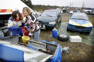 Malin Eriksson hjälper Therese Beckman med att fylla på bensin inför sista heatet.