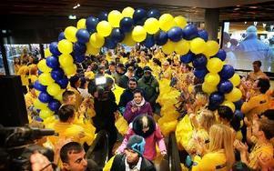 Det är en stor händelse i Borlänge att Ikea nu öppnat. Folk från hela Dalarna har rest dit för att vara med vid invigningen. Foto: Staffan Björklund