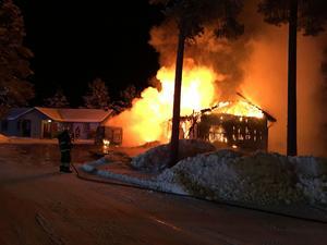 En timmerstuga i Väsa Stugby har brunnit ner under natten.