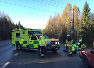 Personerna i olycksbilen lades på bräda och fick nackarna fixerade. De fördes till Gävle sjukhus för kontroll.