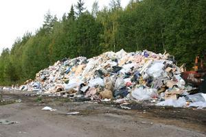 Sven-Ove Blom riskerar två miljoner kronor i vite bland annat för att ha lämnat kvar den här högen med avfall i Lesjöfors.