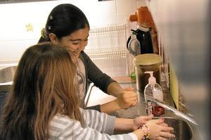 Reem och Salam tvättar händerna innan det är dags att baka chokladbollar.