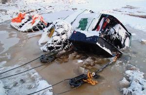 Med grävmaskinen rycktes skördaren loss från isen och botten samtidigt som bärgningsbilarna drog.
