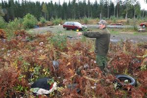 MISSBRUK. Göran Johansson menar att de utländska bärplockarna som tältade vid Untrakilen verkligen har missbrukat allemansrätten. Efter att de bott där i tre månader lämnade de fullt med skräp kvar på platsen.