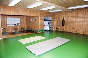 Här tränar polisen i Falun.Lokalen är liten, sliten och om ventilationen fungerar, är den långt ifrån tillfredsställande.