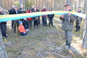 Officiell invigning. Med klippning av blågult band inviger Sivert Juneholm naturreservatet Getapulien.