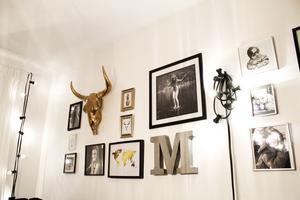 Tavelväggen i vardagsrummet består huvudsakligen av bilder på Catharinas barn.  M:et står för Maximilian.