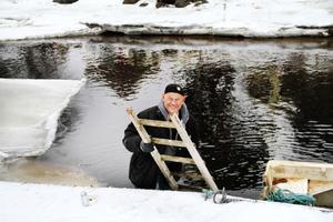 Karl-Rune Lindberg har fixat en trästege, betydligt bättre att ta sig upp på i vinterkyla.