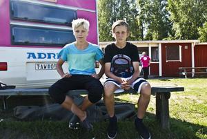 Amadeus Hansson och Vidar Funkqvist var säkra på Sveriges seger redan innan matchen. De tyckte att Sverige såg bättre ut med sina matchtröjor. – Norge har ju mest orienteringskläder! utbrister Vidar Funkqvist.