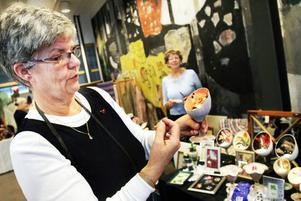 bytte stil. Eva Gustafsson började med porslinsmålning men tyckte det det var tråkigt. Tillsammans med väninnan Inga-Lill Wiklund som skymtar i bakgrunden, gick hon i stället över till att arbeta med decoupage på glas.