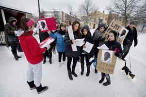 Ung solidaritet. Meri Faraj, Michelle Gumussoy, Juliana Tekin, Matilda Buday samt Sali Sanno samlar sig inför lördagens demonstration för avvisningshotade kompisen Ana, 14 år. Bild: Per knutsson