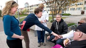 Vänsterpartiets EU-kandidat Linda Snecker och partisekreterare Aron Etzler  träffar västeråsare i Råby centrum. Från vänster: Marika Bergström, Mats Bergström, Monika Norling och Tage Norling. Alla är eniga om att äldreomsorgen måste bli bättre.