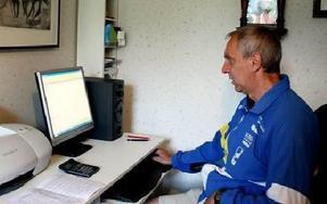 DATAARBETE. Här framför datorn har Roger arbetat mycket med banläggningen. På datorn har han ett program där han sätter ut punkterna på kartan. FOTO: DAVID HELLSING