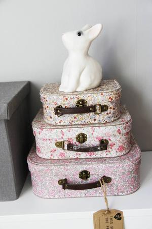 Söta små resväskor från Sofies butik Loveliness passar bra för förvaring.